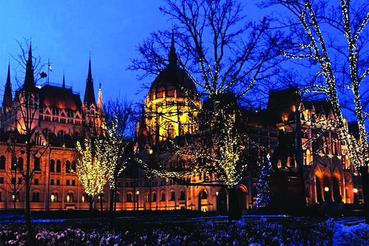תמונות מימין לשמאל: הפרלמנט ההונגרי מקושט לכבוד חג המולד,