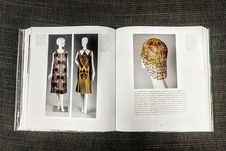 עיצובים אופייניים לשמלות קוקטייל של שנות ה-20, לצד קישוט הראש המתבקש.