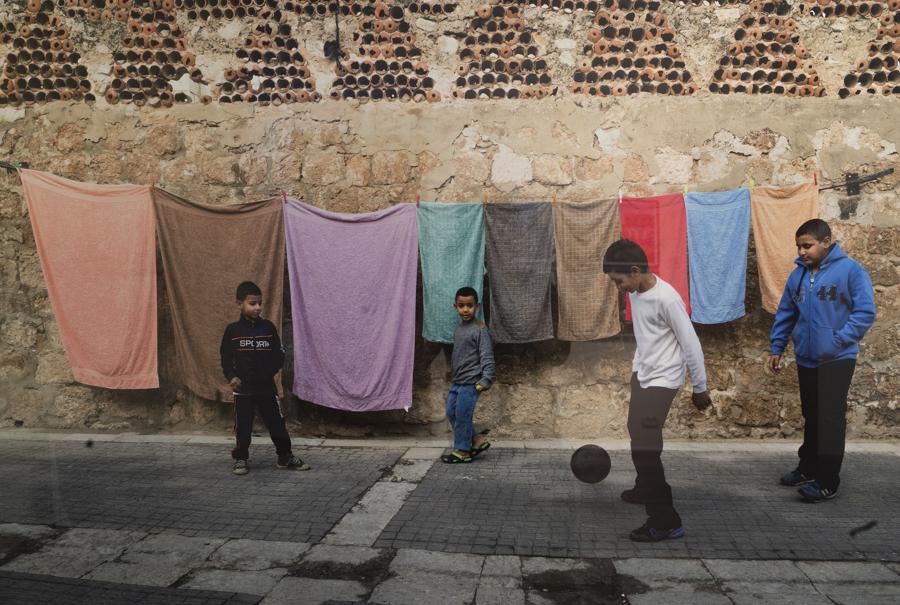 יום כביסה, ילדים משחקים כדורגל, סמטאות העיר העתיקה, רמלה, 2015. צילום_ יואל כץ_