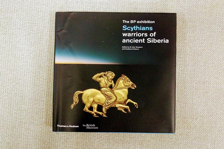 כריכת הספר מציגה את אחד מתבליטי הזהב הרבים של התרבות הסקיתית