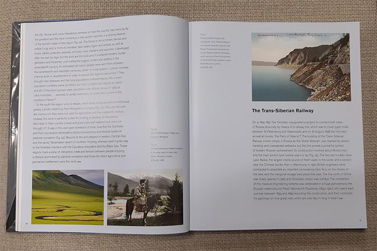 משמאל לימין: הנוף של הערבה האירו-אסייתית, לצד גלויה מ-1910 של קזחי רכוב על סוס. בעמוד ממול מוצגת גלויה מ-1914 שמתארת את פסי הרכבת של סיביר המתמשכים לאורך אגם הבייקל.