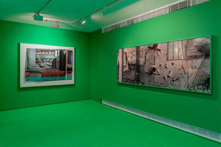 הקומה העליונה בתערוכה 'בדבר השתיקות', משמאל לימין העבודות: