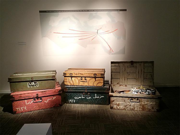 ערימת מזוודות ומפת נתיב העלייה ארצה, מתוך חלל התערוכה