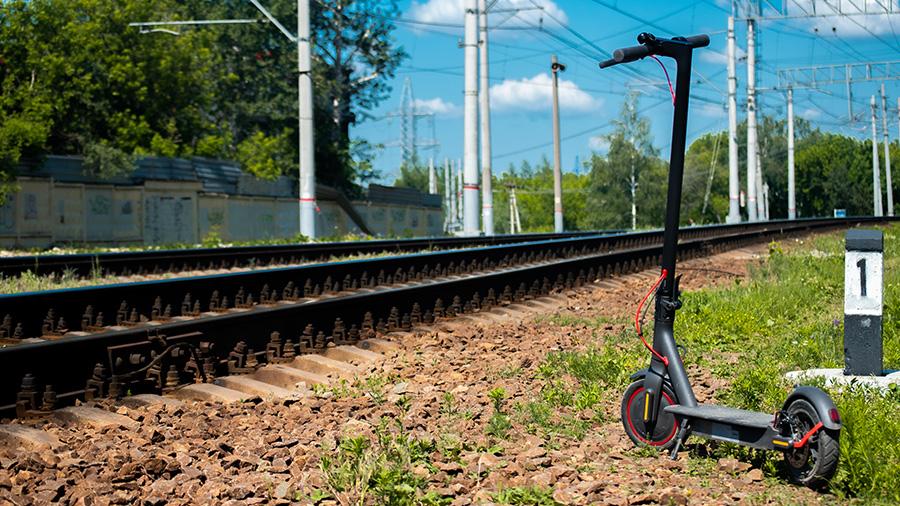 קורקינט חשמלי ליד פסי רכבת, צילום: סרגיי לפונין